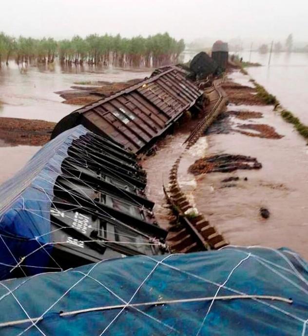 黑龙江30年一遇洪水 绥北线铁路路基被冲毁致
