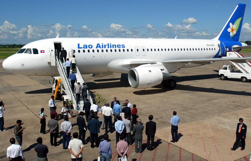 这是乘客在老挝万象国际机场登上老挝航空公司飞机的