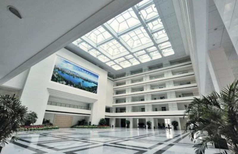 有40多部电梯,电话和电脑信息点插座45000个,是仅次于美国五角大楼的