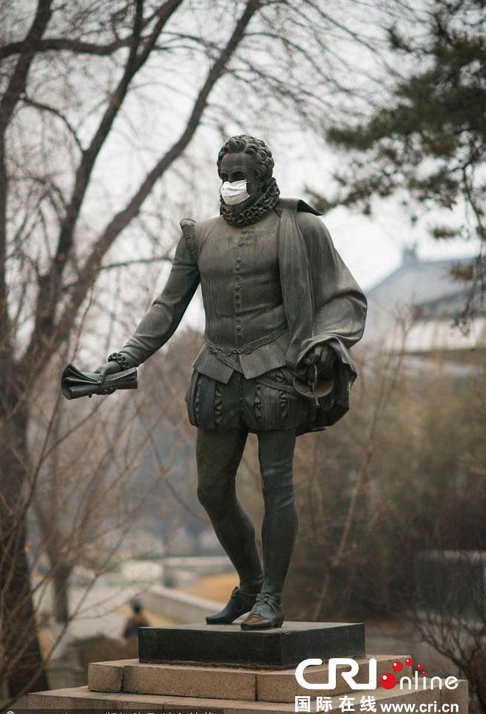 北大校园雕塑被戴口罩(高清)