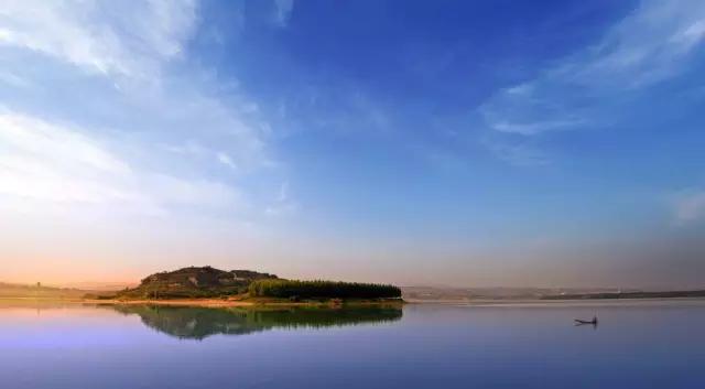 黄河是中国第二长河,世界第五大河。全长约5464公里,流域面积约79.5万平方公里,是中国境内长度仅次于长江的河流,它发源于青海省青藏高原的巴颜喀拉山脉北麓的卡日曲,呈几字形。流经青海、四川、甘肃、宁夏、内蒙古、山西、陕西、河南及山东9个省,最后流入渤海。在中国历史上,黄河及沿河流域的人类文明带来很大的影响,是中华民族最主要的发源地之一,所以中国人一般称其为母亲河。很多人去过黄河,感受过它滔滔不绝、气势磅礴的壮阔,然而我们却鲜有人知它蜿蜒曲折、壮丽绝伦的全貌,这样的美景你怎能错过!  黄河