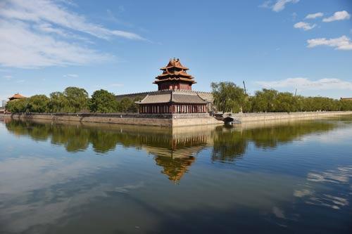 6月12日,蓝天白云下的故宫西北角楼 图片来源新华社