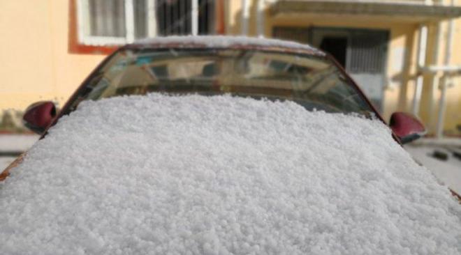四川红原发生罕见冰雹天气 最大直径达15毫米