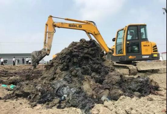 泰州市数万吨化工废料非法填埋长江岸边