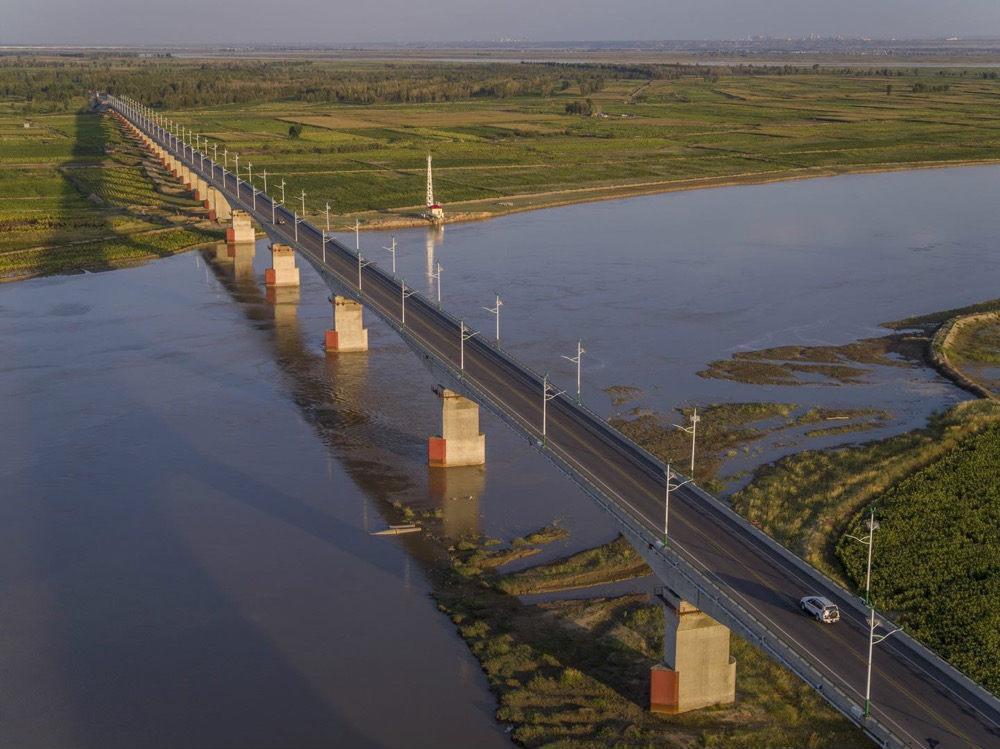 """""""黄河公路桥""""建成10年打通沙区民众小康大道"""