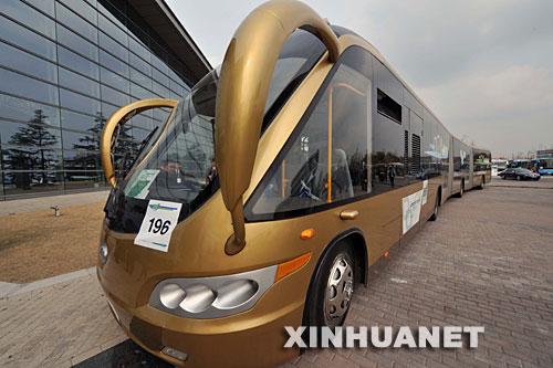 组图:25米长公交车亮相上海节能汽车展
