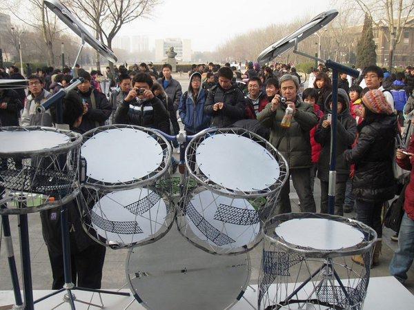 废旧自行车制成的乐器架子鼓格外引人注目。      摄影:魏凯